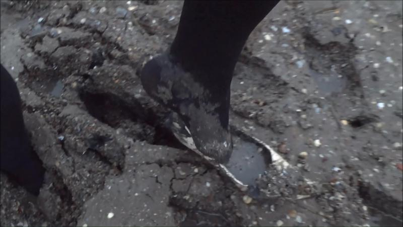 Jana goes into mud flat with her shiny nude high heel pumps and wash them after it in shower