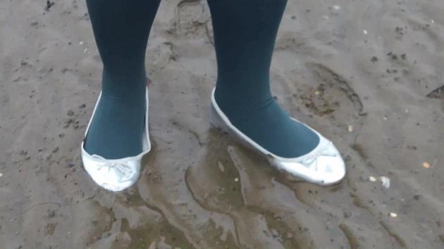 Jana goes into mud flat with her silver flats ballerinas and wash after them in shower