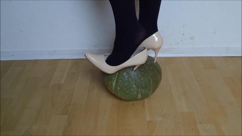 Jana trample on a pumpkin with her shiny creme high heel pumps Bodyflirt and lost one heel