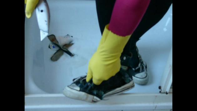 Jana washed, messy and destroy her Converse Chucks green in the shower