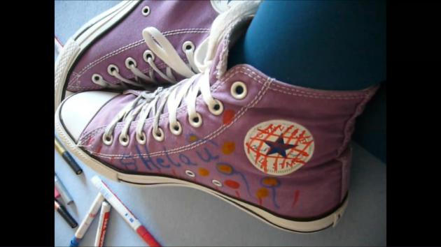 Janas friend paints her Chucks Converse purple on her feet for the carnival
