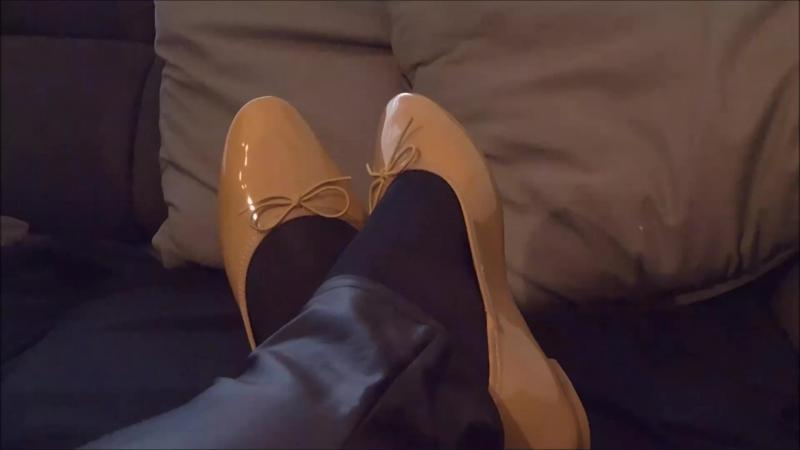 Jana´s friend paints her patent ballerinas and destroys them on her feet