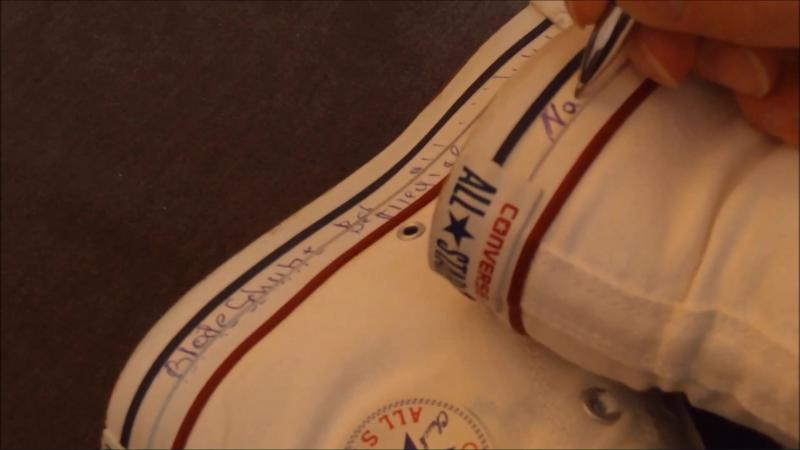 Jana´s friend describes and paints her white Chucks Converse high on her feet