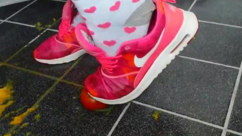 Jana crush orange and tomato with her nike thea air max pink and puma big cat black violett