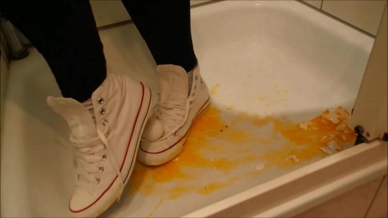 Jana crushes eggs with her Converse Chucks white and messy them
