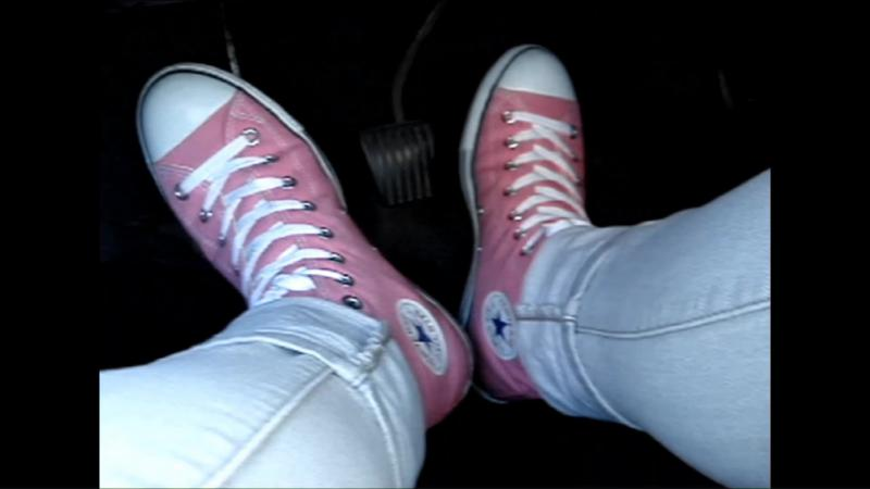 Jana drives the car with her Converse All Star Chucks high pink and skinny grey jeans