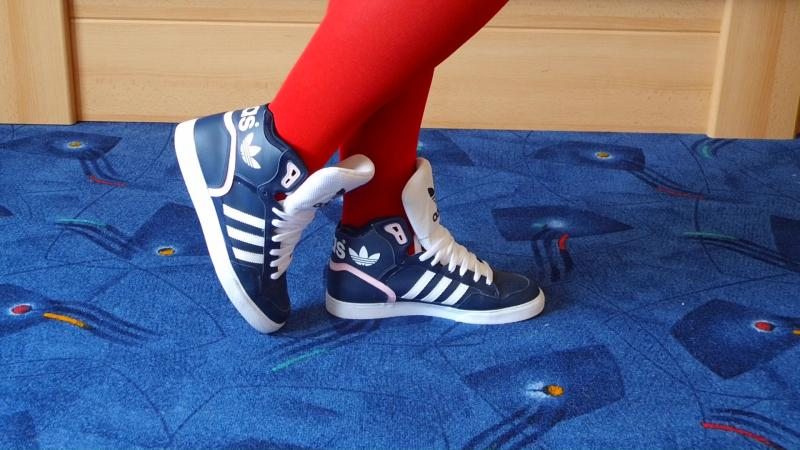 Jana shows her Adidas Extraball Sneaker dark blue, white and pink
