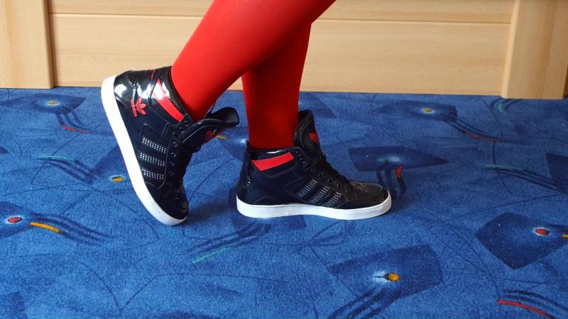 Jana shows her Adidas Hard Court Sneaker shiny black and red with rhinestones