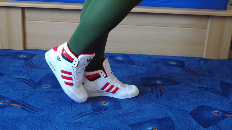 Jana shows her Adidas Hard Court Sneaker shiny white, red and black