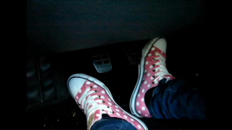 Jana make a pedal pumping session with her Converse All Star Chucks low pink with white points